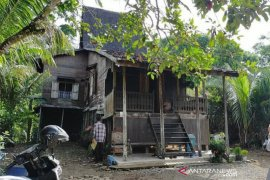 Conservation team observe Banjar traditional house in Balangan