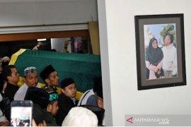 Gubernur Khofifah sambut jenazah Gus Sholah di Bandara Juanda