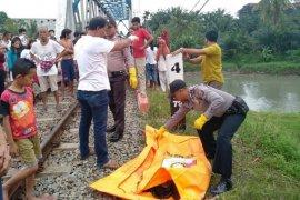 Wanita tanpa identitas ditemukan terpotong di jembatan rel kereta api