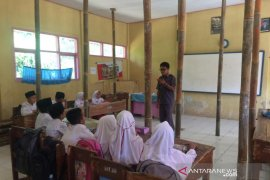 Siswa SDN 3 Cigorowong Tasikmalaya belajar di kelas yang nyaris roboh