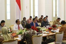 Jokowi minta kalkulasi dampak virus corona terkait ekonomi Indonesia