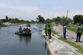 Puspenerbal evakuasi pesawat di areal pertambakan Sidoarjo