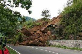 Tebing 10 meter longsor ganggu akses jalan di Madiun