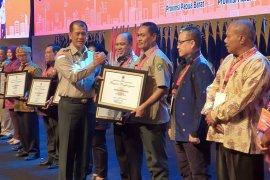 Pemprov Maluku dan Pemkab Maluku Tengah terima penghargaan BNPB