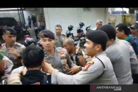 Unjuk rasa di DPRD Padangsidimpuan berakhir ricuh
