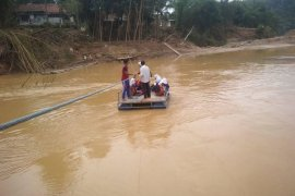 Menyeberang gunakan rakit, pelajar  di Lebak nyaris terseret arus sungai