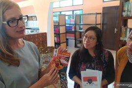 Dua ELF dari Amerika tularkan cara belajar multibahasa lewat komik