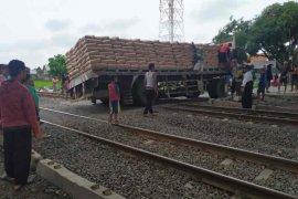 Perjalanan kereta terganggu akibat truk semen mogok di perlintasan