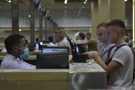 Petugas Imigrasi Ngurah Rai gunakan APD antisipasi penularan virus corona