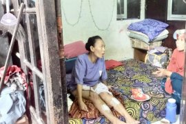 Bangunan indekos tiga lantai roboh lukai seorang ibu