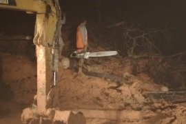 BPBD Dharmasraya bersihkan material longsor