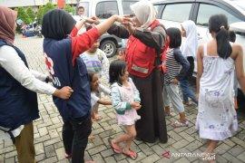 Relawan PMI Tangerang menghibur anak korban banjir untuk hilangkan trauma