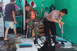 Pascabanjir di Serang, TNI/Polri bantu warga bersihkan rumah