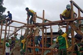 Prajurit TNI bantu warga perbatasan bangun rumah