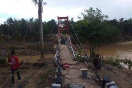Relawan dan TNI bangun jembatan gantung di Kampung Susukan, Lebak