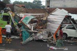 Kecelakaan truk tronton akibatkan empat rumah dan satu mobil rusak di Cirebon