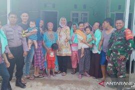 Bersama warga, Kades dan TNI/Polri berbagi keceriaan pascabanjir