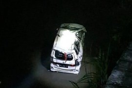 Mobil terjebur ke sungai, satu meninggal dunia
