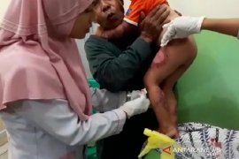 Anak-anak pengungsi korban banjir Sukajaya Bogor terserang penyakit kulit