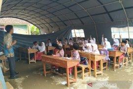 Puluhan siswa SDN 3 Cigorowong Tasikmalaya belajar di tenda darurat
