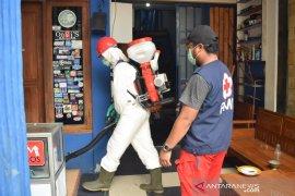 PMI semprotkan disinfektan  ke lokasi terdampak banjir di Tangerang