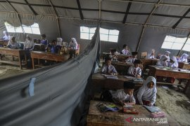 Siswa SD belajar di tenda darurat