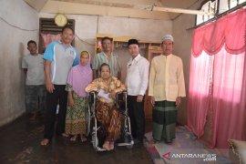 Bupati Bangka salurkan bantuan kursi roda bagi warga penderita lumpuh