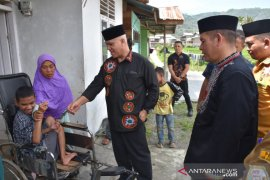 Pemkab Aceh Tengah serahkan kursi roda kepada penyandang disabilitas