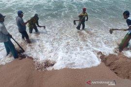 Warga gali muara sungai Krueng Sabee atasi banjir