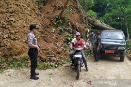 Jalan utama antar desa di Kadupandak-Cianjur tertutup longsor