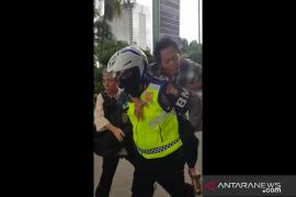 Viral..Polisi lalu lintas gendong penderita sakit jantung