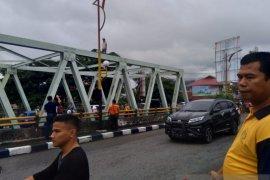 Sempat heboh,  seorang pria tak dikenal panjat jembatan Andalas Padang