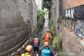 SAR Bandung cari dua anak yang hanyut di sungai