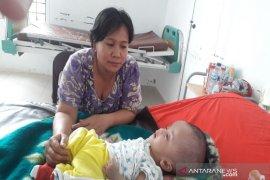 Dolly Pasaribu jenguk bayi penderita hydrocephalus