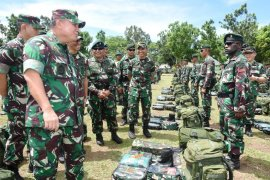 Asisten Operasi Panglima TNI periksa kesiapan satgas operasi daerah rawan