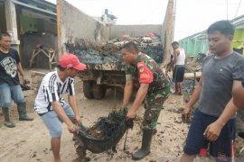 Prajurit TNI dan warga tangani sampah pascabanjir di Serang