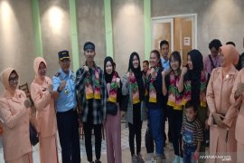 Sjamsudin Noor Air Force Base Comdr welcomes seven S Kalimantan's students