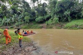 Tim SAR Bandung masih terus cari satu anak yang hanyut