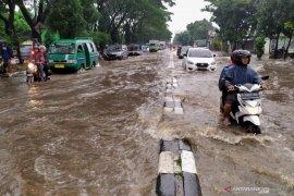 Banjir landa Gedebage akibatkan antrean panjang kendaraan