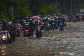 Jalan Soekarno-Hatta tergenang