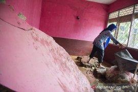 Sekolah rusak akibat longsor