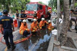 Mobil PMK difungsikan perlancar saluran air di Surabaya