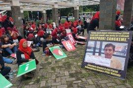 Ratusan emak-emak pendukung Eri Cahyadi demo di Bawaslu Surabaya