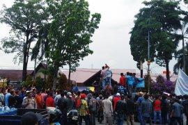 Tuntut tahan Plt Bupati, ribuan warga Bengkalis demo Mapolda Riau