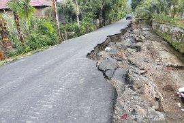 Jalan aspal hotmix lintas desa di Abdya terancam putus