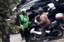 Aksi viral Polantas, pengendara minta maaf setelah tahu bapak berjaket ojol itu polisi