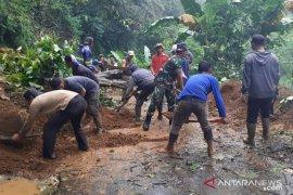 Sempat terputus akibat longsor, Jalan Babakan Karet-Cianjur sudah dapat dilalui kendaraan