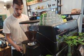Isi waktu luang, pemain asing Persik Ante Bakmaz belajar meracik kopi