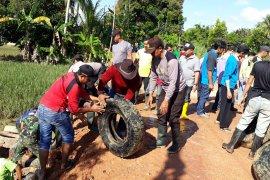 Anggota TNI - Polri perbaiki jalan Desa Sei Anyar