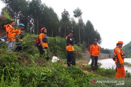 Tim Basarnas dan BPBD Cianjur belum temukan tubuh balita terbawa arus